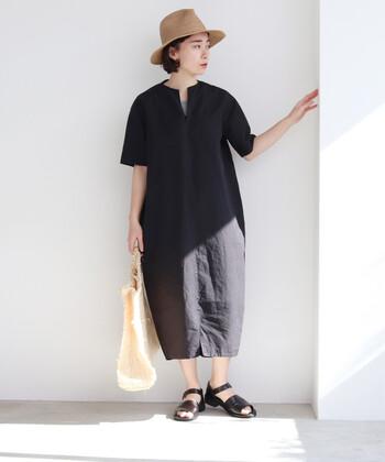 高密度のコットンリネン素材を使用し、ハリ感のある生地で作られた黒のワンピース。裾に向かって緩やかにすぼまっていくコクーンシルエットで、一枚で着てもきちんと感を与えてくれます。体のラインを拾わないデザインなので、リラックススタイルとしてもおでかけワンピースとしても活躍してくれそうですね。