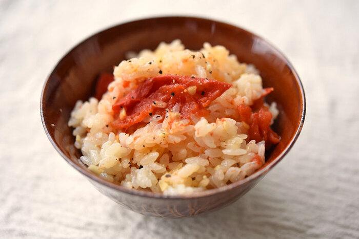 トマトを皮ごとご飯と一緒に炊飯器へ。オリーブオイルも入るので洋風なイメージがあると思いますが、お醤油やみりん、だし汁も入るのでどこか懐かしい味わいです。ベーコンや玉ねぎなども一緒に炊き込んでも美味しそう!!こちらもトマトの新しい魅力が発見できるレシピです。