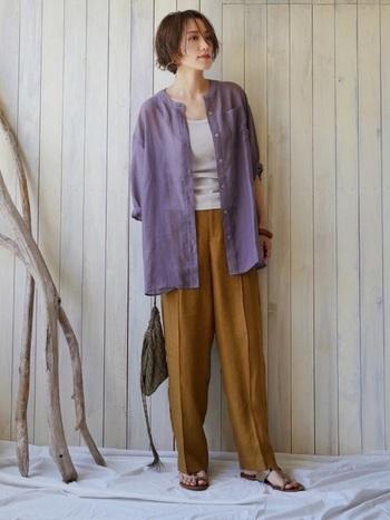 大人っぽくシアーシャツを取り入れたい方に必見なのが、渋めカラーのコーディネート。くすみ系のパープルにブラウンのパンツなら、透け感に抵抗がある方でも、綺麗に着こなせちゃいます。