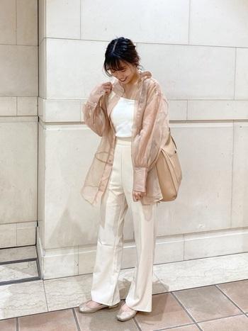 ガーリーな雰囲気がおすきな方には、ホワイトやベージュで統一するスタイリングがオススメ。女性特有の柔らかさが演出できます。足元はフラットシューズで綺麗にまとめて。