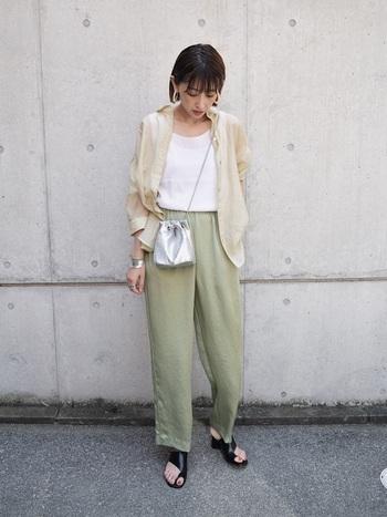 昨年に引き続き人気のあるサテンパンツを合わせることでさらに軽やかな印象に。 カラーも優しい色で統一することで、女性らしい柔らかな雰囲気にまとまります。 ぼんやりしてしまわぬよう、足元はピリッと締めのカラーで。
