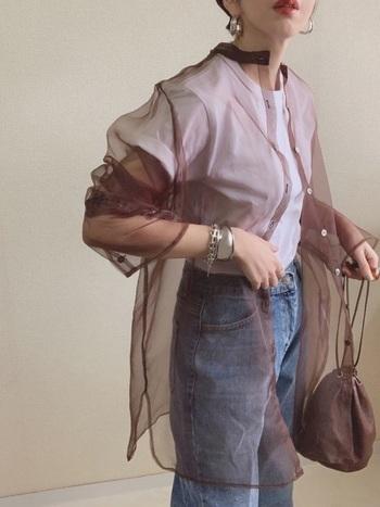 王道のデニムに白Tシャツのコーディネートには、ブラウンのシアーシャツをさらりと羽織るだけで、女っぽさがプラスされます。カジュアルと女性らしさのバランスをとるキーアイテムは、シルバーのアクセサリー。大ぶりのアクセサリーでカジュアル感をキープして。