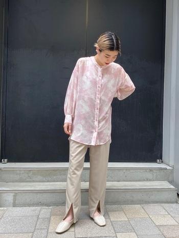春夏はピンクに挑戦したい!そんな時は、シャツで取り入れるのが、甘くなりすぎなくてオススメ。ボトムやシューズもヌーディなカラーでまとめると柔らかくまとまります。