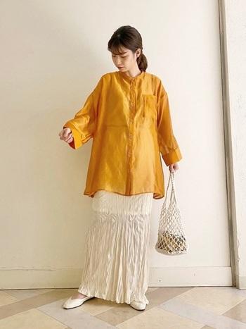 ビビッドなビタミンカラーのシャツは、あえて儚げな質感のスカートを合わせることで絶妙な女性らしさを発揮。バッグもメッシュのデザインを選んで軽やかにまとめましょう。