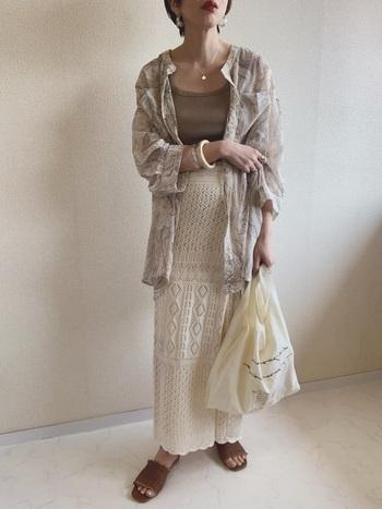 シアーシャツに並んで今シーズンのトレンドとなっている鍵編みスカート。透け感のある2アイテムを取り入れることで、涼しげで女性らしいスタイルが完成します。