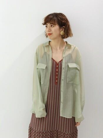 民族っぽい柄のワンピースには、ミリタリー感覚でグリーンのシャツを羽織ってみて。シアー素材を取り入れることで、カジュアルの中に女性らしさが際立ちます。