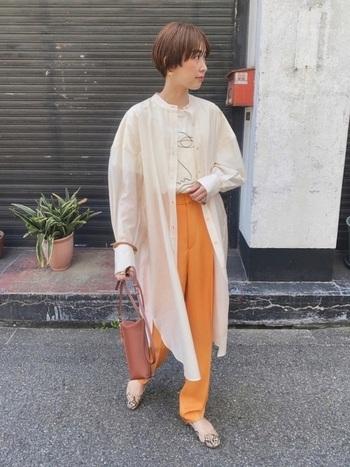 ボタンを留めずにざっくりと羽織ると、スプリングコートのような感覚でシアーシャツを取り入れることができます。オレンジやイエローで統一すると、夏っぽいフレッシュな印象に。