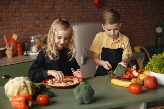 もし自分でご飯が作れたら、おなかが空いたとき、自分の手ですぐに準備ができる。疲れた家族を喜ばせることだってできるし、コンビニにだって行かなくていい―。  そんな思いで「健康的に生きるための料理入門書」として作られたのが、「子どもキッチン」です。