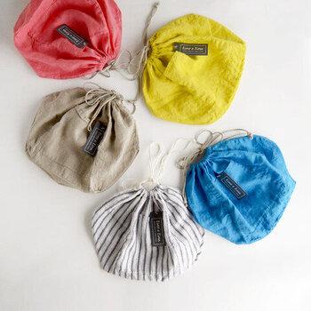 明るめカラーが目を引く、リネン素材のインナーバック。かごバッグやネットバッグと相性がよく、アクセント使いにもぴったり。インナーバッグとしてはもちろん、そのまま巾着バッグやポーチとして活用できるので、1つあればいろんな使い方が楽しめそう。