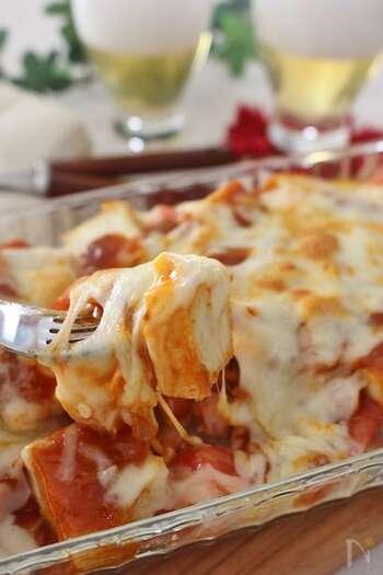 厚揚げにツナ、そしてミートソースとチーズをのせれば、ヘルシーなグラタンのできあがり♪ 簡単なのにボリューム満点なので、ささっと作りたいランチや、忙しい日の夕ご飯にもぴったり。 こちらのレシピのとおり、市販のもので、残り物のミートソースでもOKです。