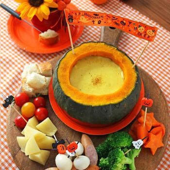 カレー風味のチーズフォンデュなので食べやすく子供受けも抜群。ハロウィンパーティーにぴったり。具材も色んな種類を用意できるので、好き嫌いがあっても安心ですね。かぼちゃを丸ごと炊飯器で炊いた豪快なレシピ!かぼちゃは固くて包丁を入れづらいですが、この方法ならその心配は要りません。柔らかくなってからワタをくり抜きます。炊飯器に収まる15cmくらいのものを用意しましょう。一緒にじゃがいもやにんじんも加熱する時短技が効いてます♪ほくほくのかぼちゃを崩しながら食べられますよ。