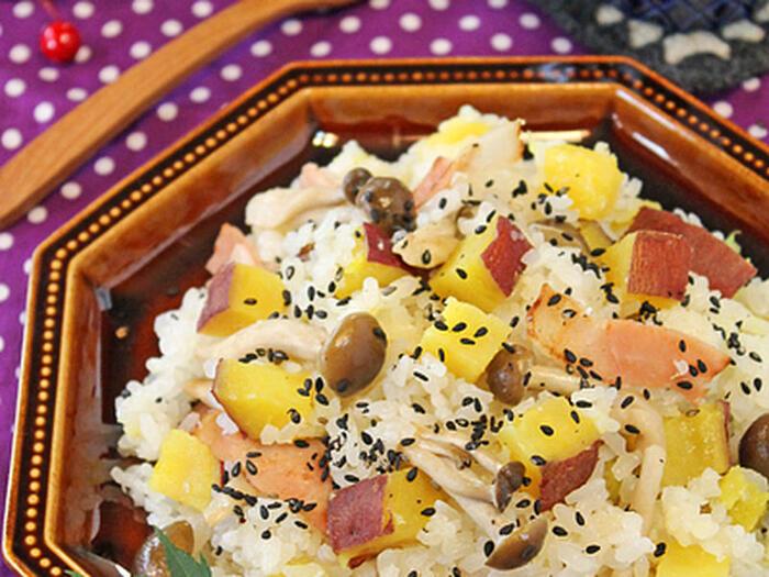 炊き込みご飯で秋の味覚を堪能しませんか。旬の食材・さつまいもに塩麹やベーコンも入っているため、出汁、醤油、酒の味付けのシンプルな炊き込みご飯よりもあまじょっぱいのがポイント。子供のおはしもスイスイ進んでしまうことでしょう。炊飯器で炊いたさつまいもはしっとりほくほくで◎。食物繊維が豊富なのでお通じによいのは有名ですね。実は補気というこころを元気にする効果もあります。さつまいもで体調を整え、秋のイベントに備えましょう。