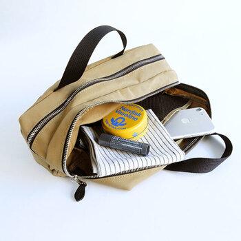 仕切りのあるマチ付きのポーチ。バッグインバッグやトラベルポーチとしてはもちろんのこと、ハンドバッグとしても使えるマルチなバッグです。