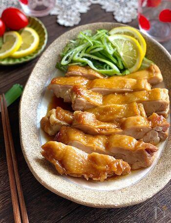 運動会のお弁当応援レシピ。下ごしらえとして、鶏もも肉をフォークでまんべんなく刺してたれに漬け込んでおくとあとは簡単。レンジのみできあがる照り焼きチキンです。焼かないため、皮はパリパリではないですが、お肉が柔らかくジューシーに♪もし子供が苦手だったら皮は取っても大丈夫。ポイントはレンジで加熱する時に蓋を90度ずらして置くこと。ちょうどよい加熱具合になります。スピードメニューでお弁当のおかずを一品増やしちゃいましょう。