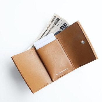 イタリア製の高級レザーを使用し、手に馴染む感触もソフトで◎。男性女性問わずおすすめのシンプルなお財布です。