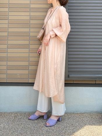 ガーリー派の方にオススメなのが、ピンクベージュのカラー。ボタンを留めて着ることで、ワンピースのような感覚でシアーシャツを楽しむことができます。