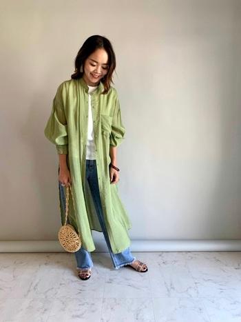 夏が待ちきれないけど、朝晩はまだちょっと肌寒い…そんな時は、ヘルシーなグリーンのシアーシャツにデニムと夏素材のバッグを投入。長袖でも夏らしいムードが醸し出せます。