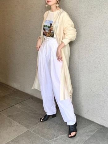 プリントTシャツにワイドパンツの思いっきりカジュアルなスタイリングには、イエローの柔らかなシアーシャツを羽織って、女性らしい柔らかな印象をプラスするとコーディネート全体がアップデートされますよ。