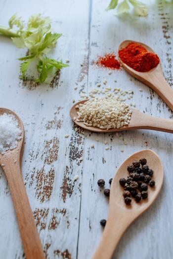 塩や砂糖は水分を吸うので、食材を保存するのに適しています。市販のお弁当も、濃い目の味付けがされていますよね。いつもより調味料を多めに入れるよう意識してみてください。また、お酢は抗菌作用があるのでおすすめ。暑い時もさっぱり食べられて一石二鳥です!