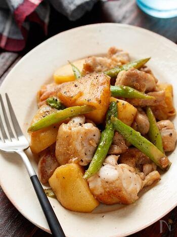 鶏肉とじゃがいもでボリューム満点のおかず。アスパラの甘みもgood!ガーリック醤油が食欲をそそり、スタミナUPにも◎
