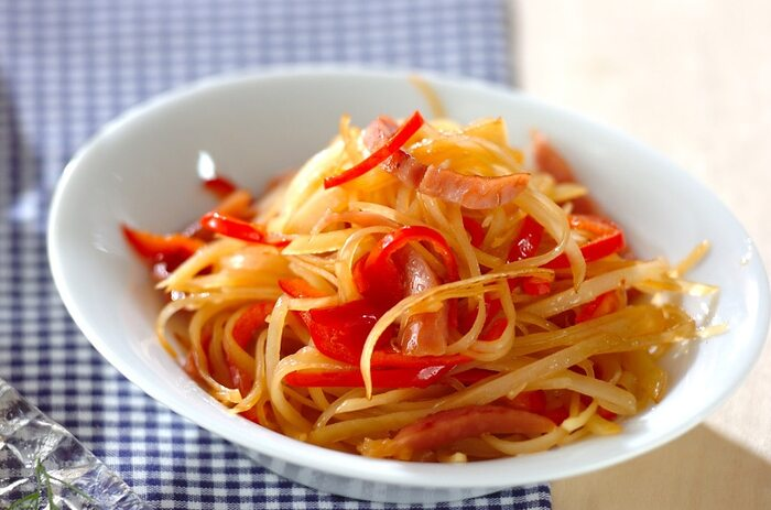 彩りが綺麗でお弁当にぴったりの一品。細切りにしたじゃがいもとソーセージ、赤ピーマンを炒めてきんぴら風に仕上げます。シャキシャキ感を楽しめますよ。