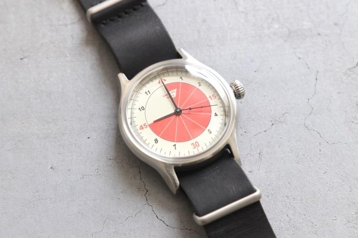 160年以上の歴史を誇るTIMEXとデザイナーのコラボウォッチ。こちらはサッカーとヴィンテージウォッチからインスピレーションを得たモデル。サッカーチームををイメージしたベルトのデザインと45分で色が変わるというユニークな腕時計です。