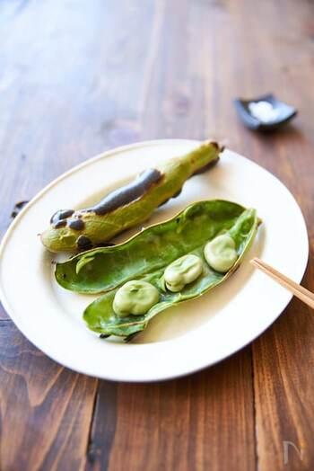 初夏の味覚であるそら豆。旬の薄皮はとても柔らかいので、ぜひ食べてみてください。食物繊維をたくさん含むので、栄養価もばっちり。焼くだけというお手軽な調理法で、おつまみにもおすすめです。