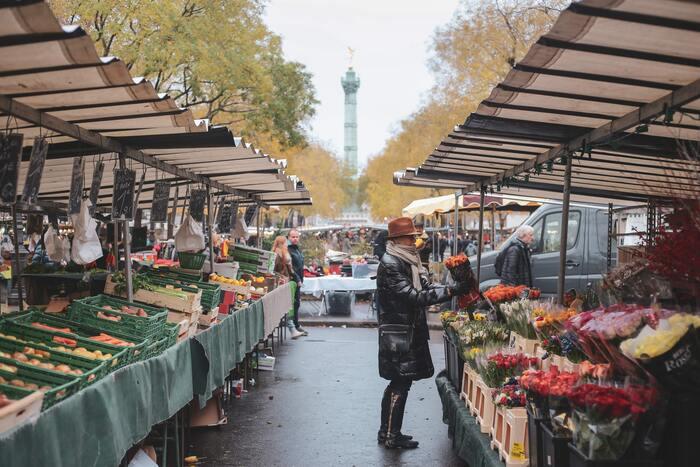 マルシェには必ずと言っていいほどお花屋さんがあります。野菜や肉、魚と並んで売られるくらい、花や観葉植物はフランス人にとっての生活必需品なのでしょう。 ちょっと遅くに行くと、花屋の店先がすっからかん!売り切れていることもしばしば。