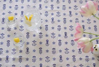 リネン地にブルーの小花が可愛らしいクロスです。クッションカバーとして、カーテンとして使っても涼しげで爽やか。