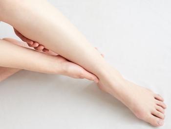 液体・クリームタイプは容器から直接腕や足など塗りたい場所に出して手のひらを使って塗り広げます。このときに指先だけで塗ったり少しずつ塗り広げたりすると、塗りムラができてしまうので、手のひらの面を使って大きく動かして塗ります。