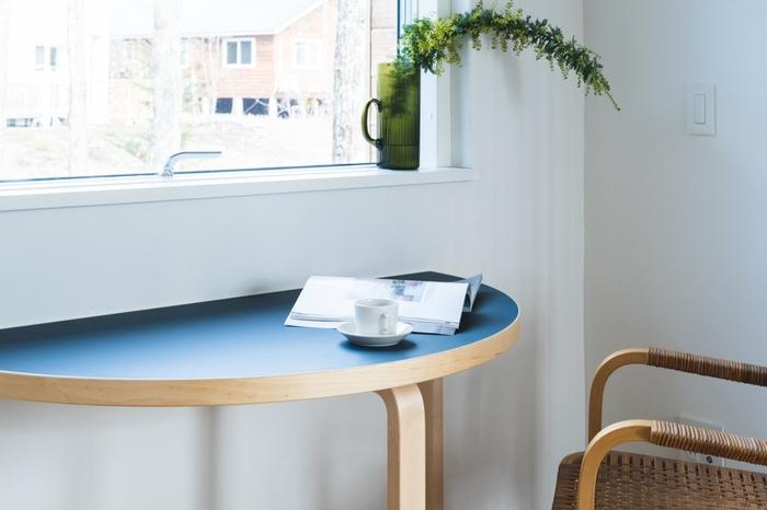 窓辺のスペースにもぴたりと合うのが半円テーブルのよいところ。食事や読書など自分だけのゆったりした時間が快適に過ごせます。