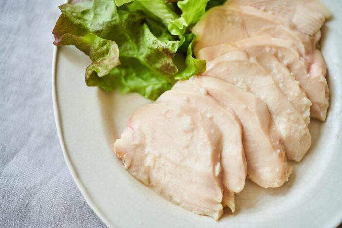 塩麹に漬け込めば、むね肉でも柔らかーく仕上げてくれます。自然な旨味や甘味により、シンプルでアレンジしやすく、美味しい蒸し鶏に仕上がりますよ。ご家庭に塩麹があるなら、ぜひ試してほしい作り方です。