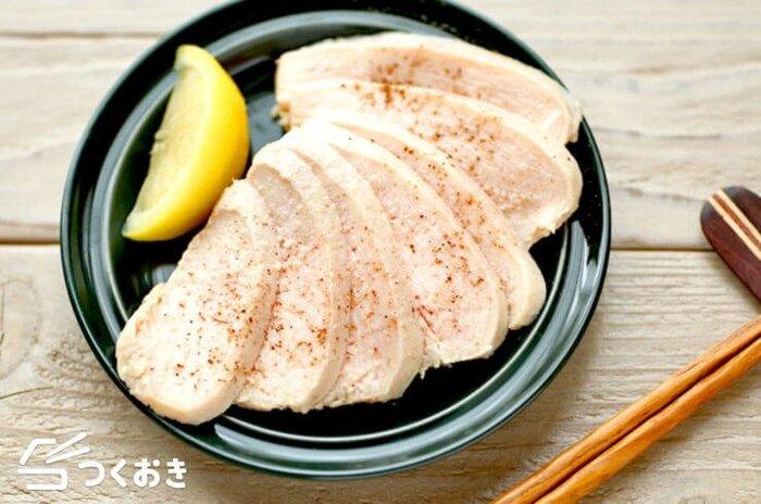 応用編として、コンビニなどでも定番のサラダチキンをご家庭でも。基本的な作り方は同じですが、中華スープの素やレモン汁に漬け込むことで、そのまま食べても美味しい蒸し鶏に仕上がります。こちらも冷蔵で5日間保存可能です。