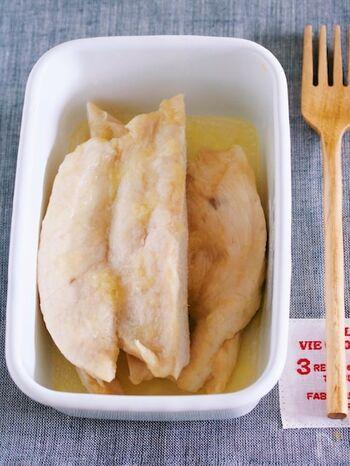 レンジ一発でできる、お手軽蒸し鶏のレシピです。コツは、調味液をしっかり揉み込んで浸けること。片栗粉が保湿してくれることで、レンジ調理でもしっとり仕上がります。