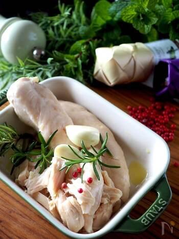 洋食に使うなら、オリーブオイルに浸けて蒸すオイル蒸しにしてみても。ハーブがあれば、ぜひ一緒に浸け込んでみてください。香り豊かで、シンプルな蒸し鶏とはまた違った味を楽しむことができますよ。