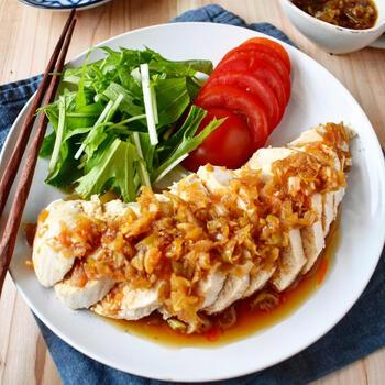 ネギや生姜をたっぷり使った香味ダレをかければ、よだれ鶏にもなります。蒸し鶏を作る時に使った茹で汁を使うとより美味しく仕上がりますが、他の方法で作るなら鶏がらスープを多めに加えてもいいかもしれませんね。
