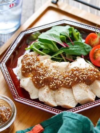 練りごまがないなら、こちらのレシピを試してみて!ごまをたっぷり使った甘めのタレは、鰹節を加えて旨味をプラスするのがポイント。蒸し鶏にも野菜にも合う、濃厚な味を楽しむことができますよ。