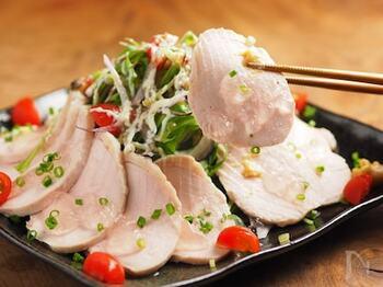 続いては、炊飯器を使ったレシピ。炊飯器の保温機能を活用することで、しっとり美味しい蒸し鶏を作ります。じっくり火を通すので、失敗しにくくおすすめです。