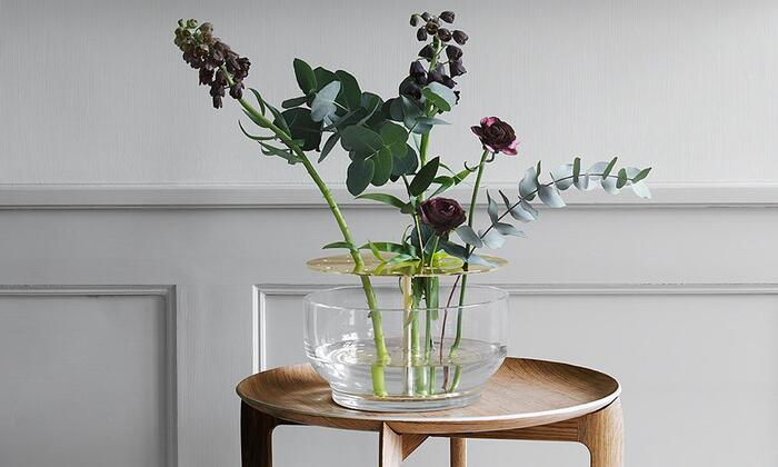 日本の生け花をモチーフにデザインされたフラワーベース。剣山に花を挿すように、真鍮の穴に挿していくスタイルが個性的。お花とフラワーベースが一体になるとアート作品のような雰囲気になります。
