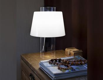 モダンアートランプは、照明デザインで多くの功績を残したユキ・ヌンミの代表作です。1955年にフィンランドのオルノ社から発表されました。発表された当時は透明感のあるデザインが話題になったそうです。