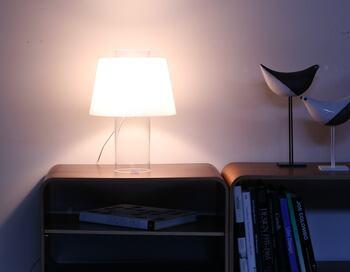 点灯すると乳白色のシェードが宙に浮いているように見えて、不思議な空間を作り出します。アーティスティックなインテリアとしても素敵に取り入れることができます。