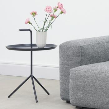 ソファの横に、ベッドサイドに、どこに置いてもサマになる丁度いい大きさ。雑貨小物を飾るテーブルとしても使いたい。