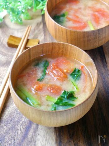 少し食欲がない時でも、ホッと一息つけるのが「トマトと小松菜のお味噌汁」。栄養価も高いので時間がない朝にもオススメです。