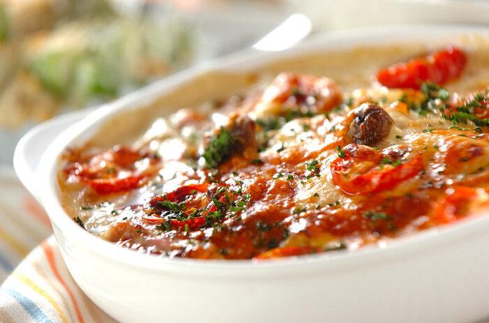 具沢山のホワイトソースのグラタンに、たくさんのプチトマトを合わせれば、こっくり濃厚なホワイトソースに、爽やかな酸味と甘みがプラスされてとっても美味しい一皿になります!彩も綺麗でおしゃれですよね。