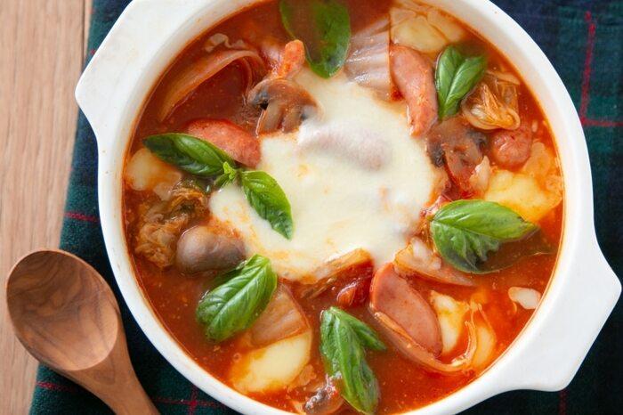トマトの水煮缶をベースに作る「トマト味噌のマルゲリータ鍋」。トマトの缶詰を使いますが、生のトマトも追加で入れるとさらにジューシーに!洋風ですが、味噌のコクが美味しくてクセになります。味噌とチーズの発酵食品の組み合わせも最高!美しくなれそうなビューティー鍋です。