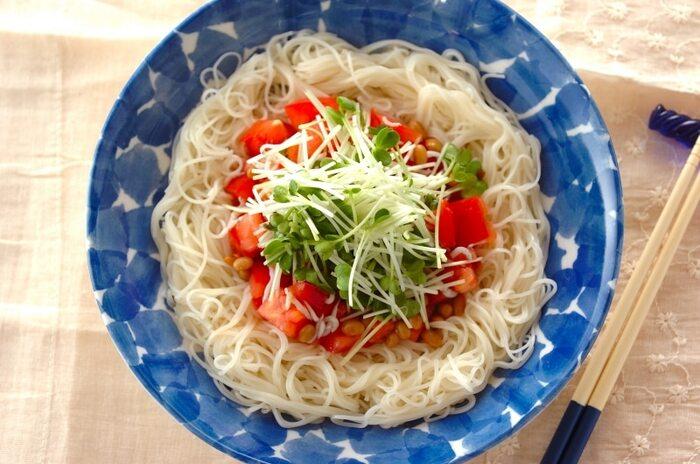 生のトマトと納豆を素麺に乗せて、ごま油と白だしでさっぱり頂くスピードレシピ。シラスやカイワレも乗せるので、栄養面も彩りも満点なレシピです。これからの季節に最適ですよ。