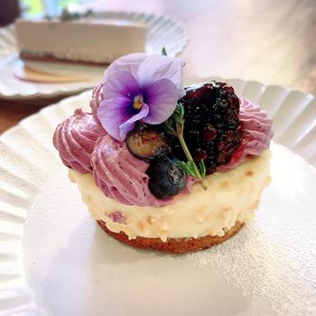 手作りのケーキは、華やかな見た目にうっとり。お子さん連れでおしゃれなカフェに行くのは難しいと思っているママさんも、こちらのお店ならくつろげそうですね。
