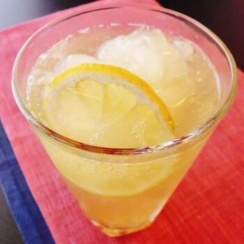 こちらは氷代わりにキューブ状の氷菓をたっぷりとアレンジしたレモンサワーです。氷菓が溶けても、味が薄まらず、豊かな風味を最後まで楽しめます。レモン果汁とはちみつで、よりフレッシュで濃厚なコクがプラスされています。
