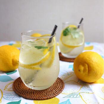 レモンサワーは手軽に揃えられる材料で作ることができるお家飲みにもおすすめのドリンクです。お気に入りの配合で作ったレモンサワーは、グラスやコースターにも凝ると、よりお家飲みの時間を豊かなものにすることができそうです。爽やかなレモンサワーで、蒸し暑い夏を乗り越えていきましょう♪