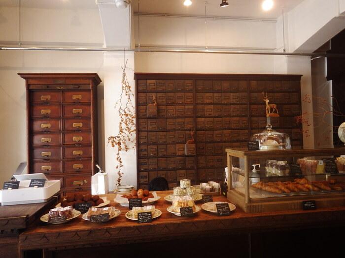 こちらは1階の「菓子屋シノノメ」。店内で毎日作る焼きたてのクロワッサンやスコーンが人気です。使い込まれたような棚や小物のひとつひとつにセンスが光ります。